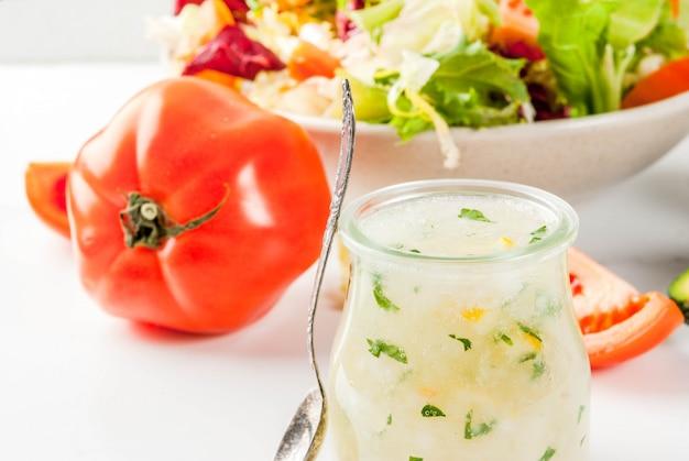 Condimento per insalata classico, condimento ranch fatto in casa con erbe aromatiche all'olio d'oliva e limone, con verdure fresche