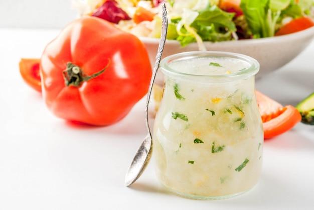 Condimento per insalata classico, condimento ranch fatto in casa con erbe aromatiche all'olio d'oliva e limone