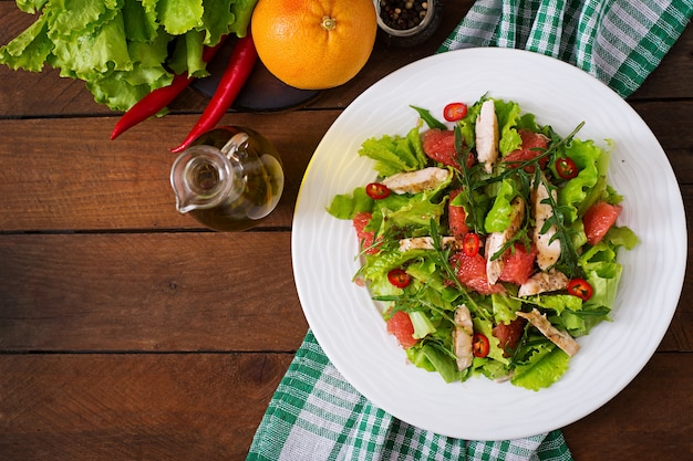 Condimento per insalata di pollo fresca, pompelmo, lattuga e senape di miele. menu dietetico. nutrizione appropriata. vista dall'alto