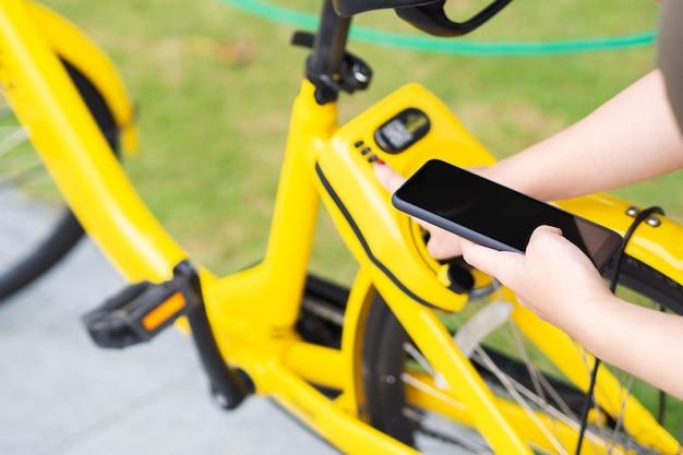 Condivisione del sistema di biciclette in città, tramite scansione del codice qr e corsa