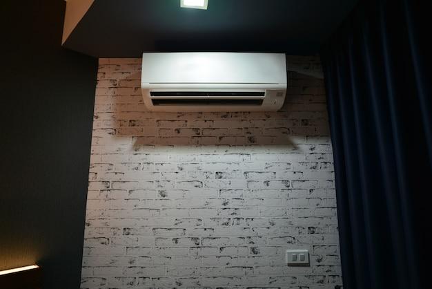 Condizionatore d'aria sul muro della stanza