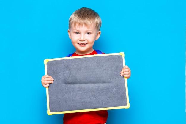Condizione della lavagna del gesso della tenuta del piccolo bambino