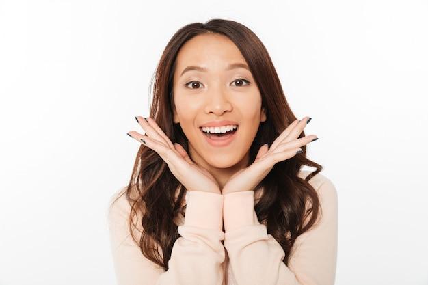 Condizione positiva asiatica della signora isolata sopra bianco