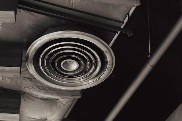 Condotto dell'aria interno della fabbrica polverosa sporca