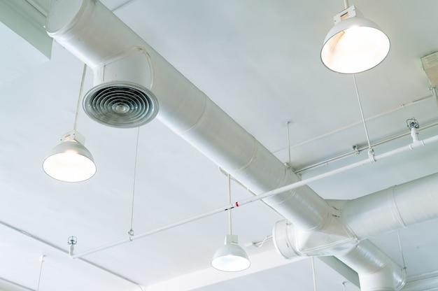 Condotto dell'aria, sistema automatico di sicurezza antincendio. sistema antincendio. costruire il concetto di interni. lampada da soffitto a luce aperta. concetto di architettura d'interni.