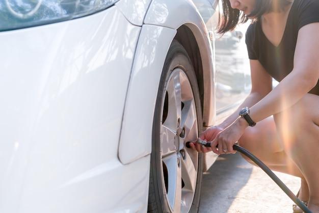 Conducente che riempie aria in un pneumatico, inflazione del pneumatico