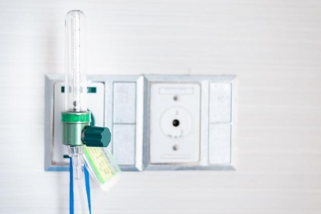 Conduttura del vuoto e conduttura dell'ossigeno con indicatore nella stanza paziente dell'ospedale