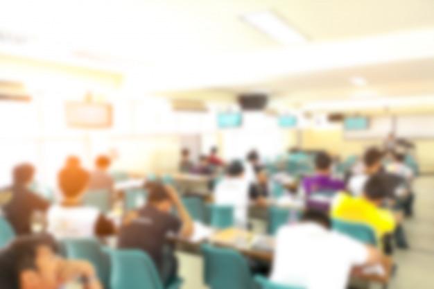 Conferenza astratta della gente della sfuocatura nella stanza di seminario, concetto di istruzione