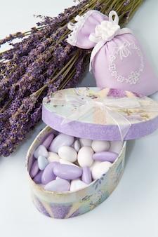 Confetti alle mandorle con fiori di lavanda