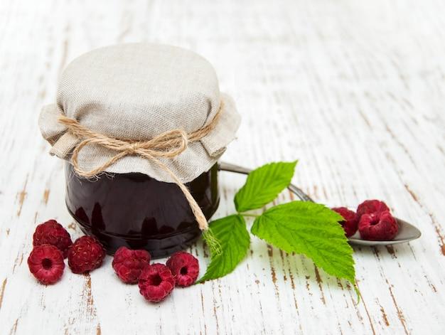 Confettura di lamponi con frutti di bosco freschi
