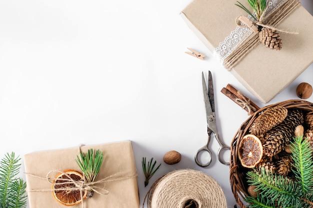 Confezionamento di regali di natale con materiali ecologici.