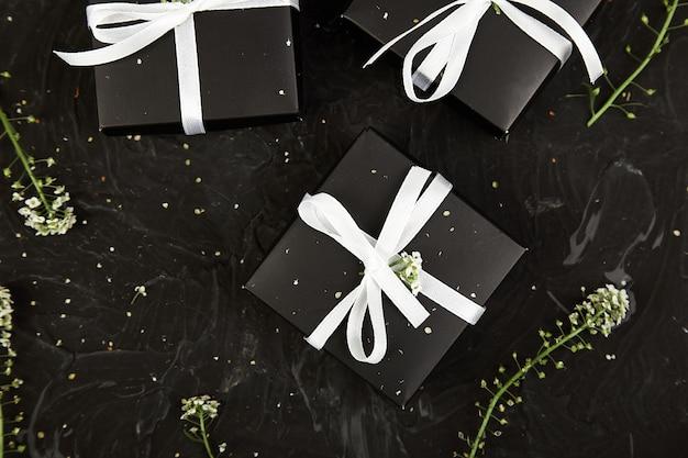 Confezionamento di regali di natale o regali di compleanno moderni.