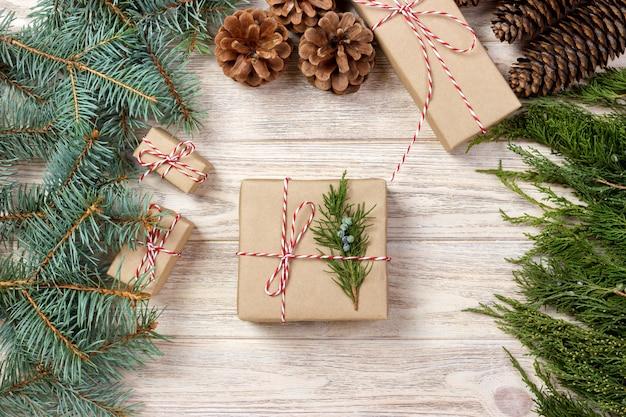 Confezionamento di regali per le vacanze su bianco vista dall'alto mock up