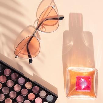 Confezione di cosmetici di bellezza con profumo e occhiali da sole