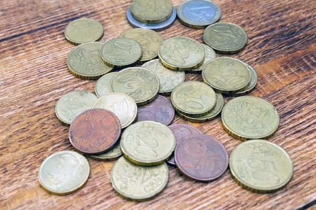 Confezione, pila di vecchie monete in euro in ottone arrugginito
