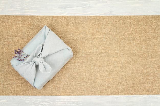 Confezione regalo a perdere zero in stile tradizionale giapponese furoshiki.