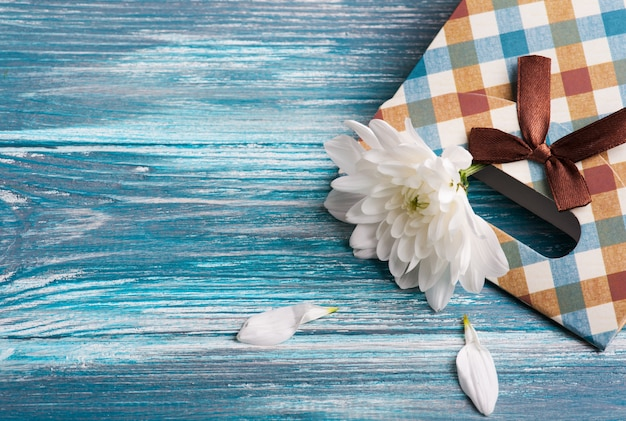 Confezione regalo artigianale con crisantemo