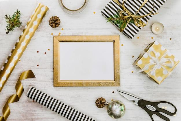 Confezione regalo avvolta in carta a righe bianco e nero con nastro rosa e materiali di avvolgimento