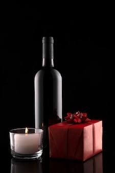 Confezione regalo, bottiglia di vino, candela san valentino. giorno del matrimonio. romantico biglietto di auguri e invito.