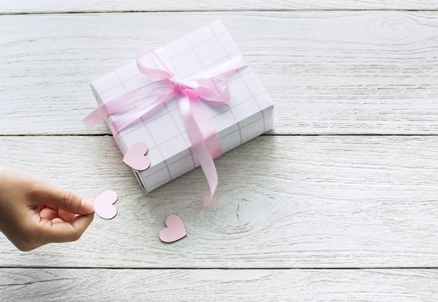 Confezione regalo carina con cuori ritagliati