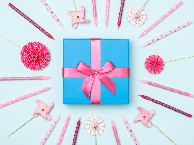 Confezione regalo con articoli per feste su sfondo colorato