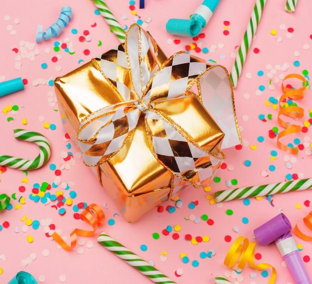 Confezione regalo con coriandoli, stelle filanti e decorazioni varie