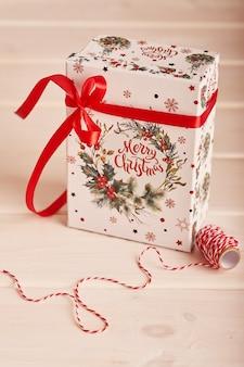 Confezione regalo con decorazioni di capodanno a natale