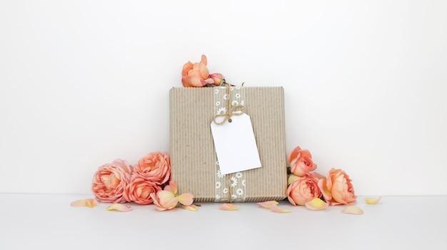 Confezione regalo con etichetta, fiori d'arancio