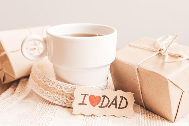 Confezione regalo con etichetta, tazza di caffè o tè