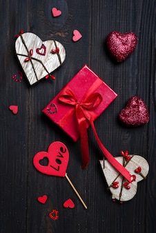 Confezione regalo con fiocco rosso e cuore in legno