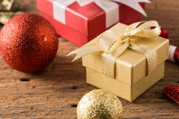 Confezione regalo con natale su fondo in legno