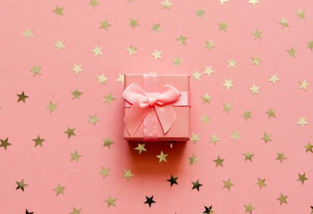 Confezione regalo con stelle dorate dorate.