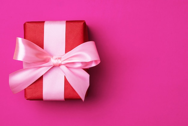 Confezione regalo con un nastro di raso. concetto di vacanza