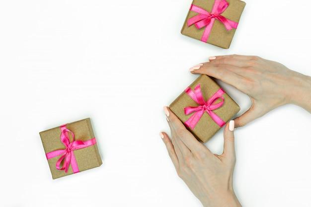 Confezione regalo con un nastro rosa