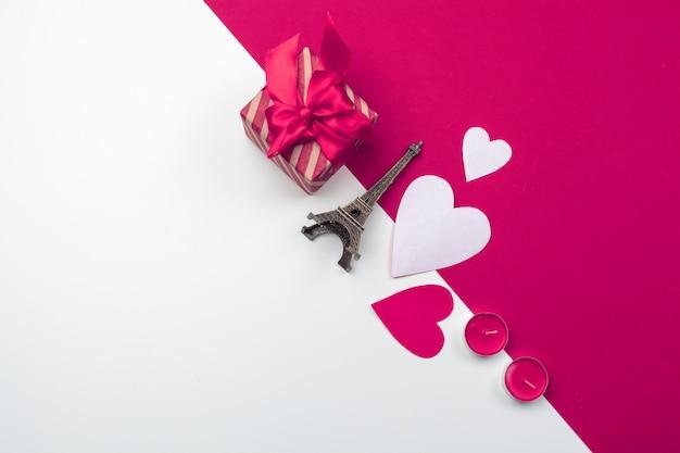 Confezione regalo, cuori di carta rossa. san valentino amore. copia spazio, disteso
