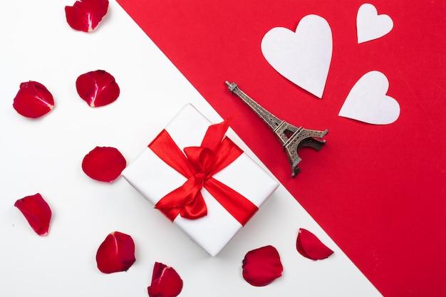 Confezione regalo, cuori di carta rossa