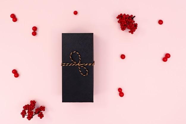 Confezione regalo di natale, ciliegia rossa. natale, concetto di capodanno. vista piana, vista dall'alto, copia spazio