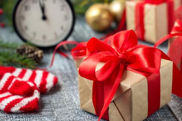 Confezione regalo di natale con nastro rosso