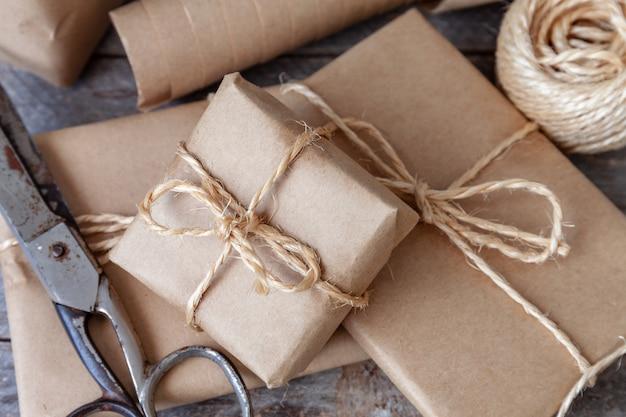 Confezione regalo di natale con tavolo rustico