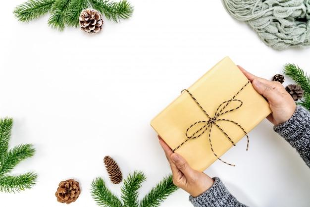 Confezione regalo di natale donna avvolgente con pigne e rami di abete