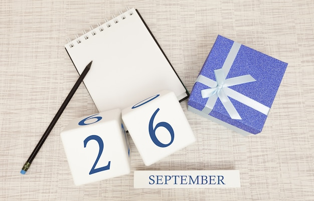 Confezione regalo e calendario in legno con numeri blu alla moda, 26 settembre