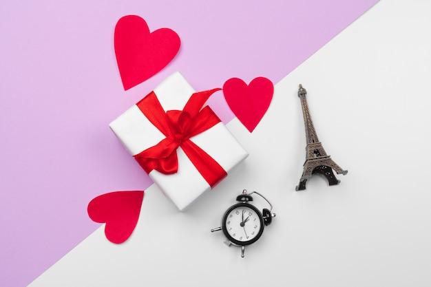 Confezione regalo e cuori di carta