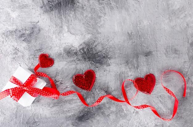 Confezione regalo e cuori san valentino.