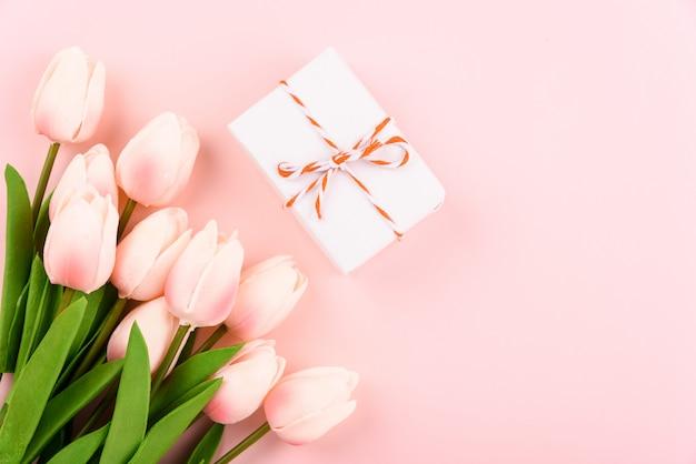 Confezione regalo e fiori di tulipano