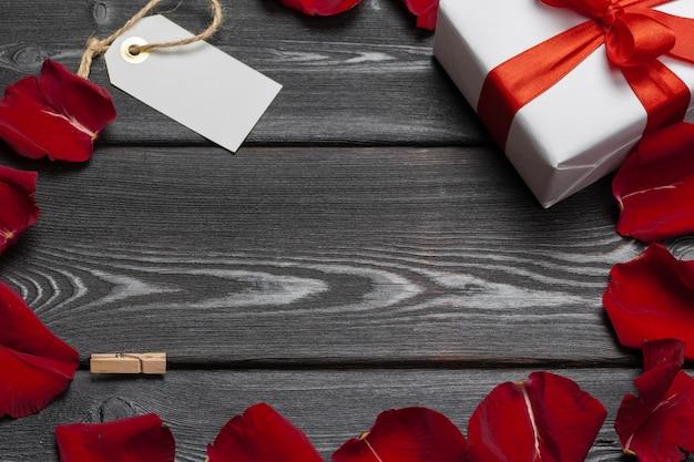 Confezione regalo e petalo di rosa