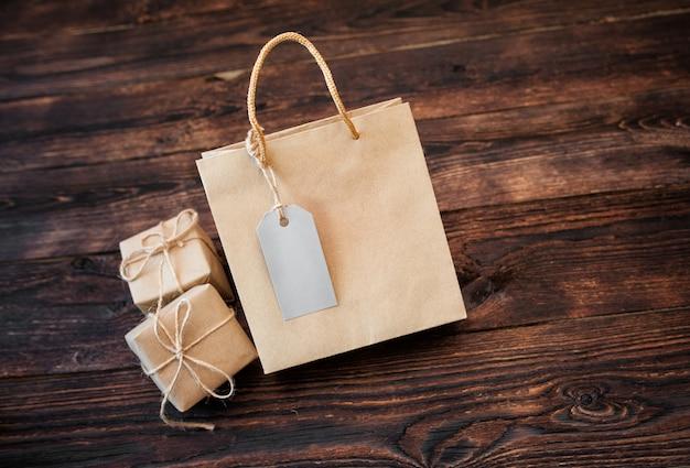 Confezione regalo in cartone artigianale e manico pacchetto sul tavolo di legno