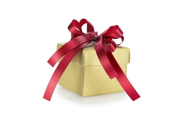 Confezione regalo in oro con nastro rosso