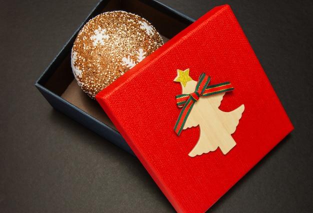 Confezione regalo in rosso con palla di natale
