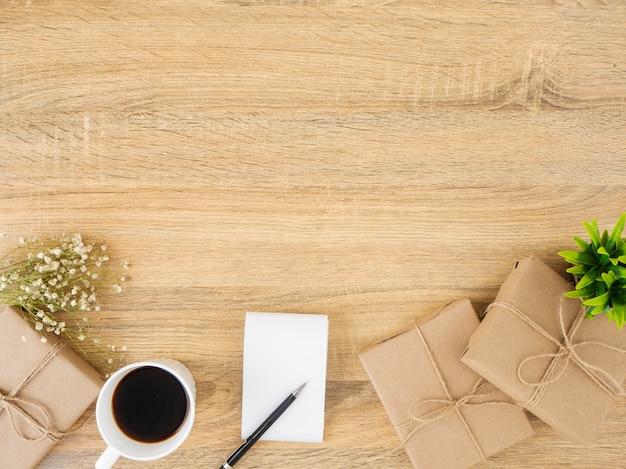 Confezione regalo posizionata su una scrivania in legno funzionante