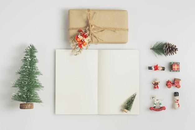 Confezione regalo, quaderno bianco e ornamenti natalizi